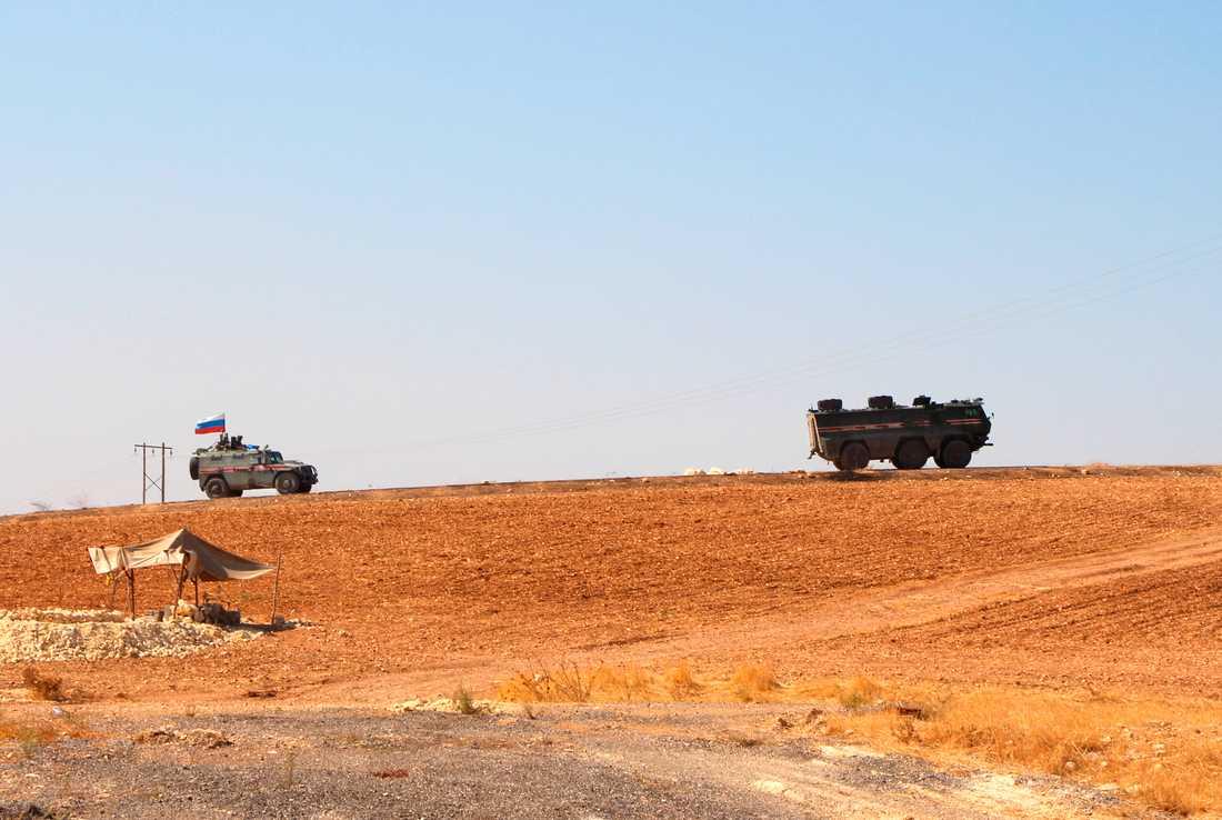 Rysk militär patrullerar vid gränsen nära Kobane i norra Syrien.