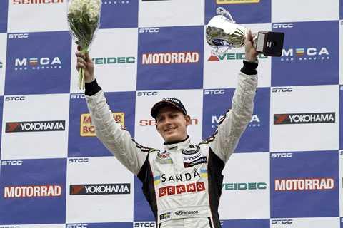 Richard Göransson vann det ena racet på Knutstorp. I helgen kan han få anledning att jubla igen, Göransson kan bli STCC:s mest framgångsrike förare.
