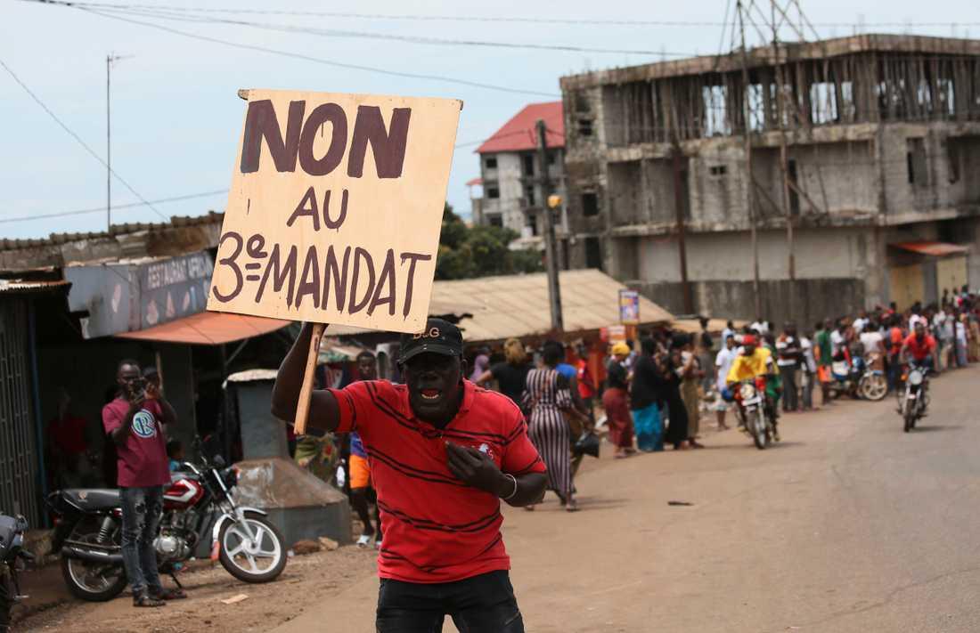 """""""Nej till ett tredje mandat"""". En demonstrant uttrycker sitt missnöje mot Guineas president Alpha Condés önskan att ändra grundlagen så att han kan bli omvald en tredje gång."""