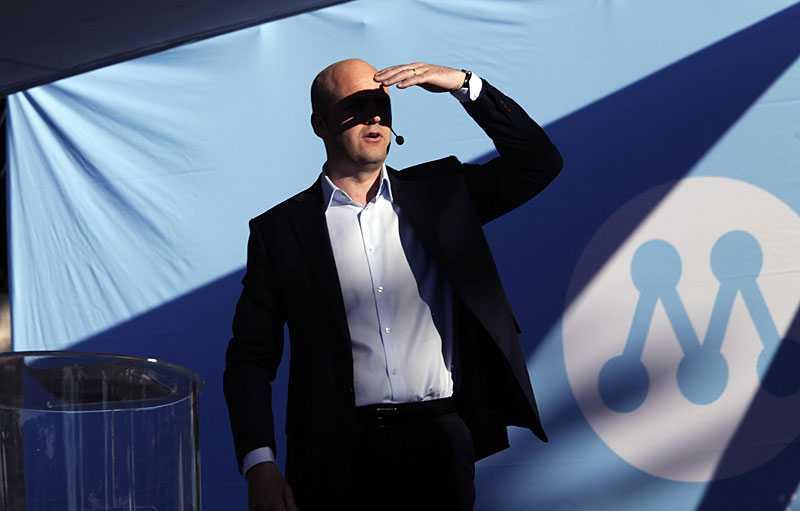 vill fortsätta mörka Moderaterna med statsminister Fredrik Reinfeldt i spetsen tjänar på de privata donationerna –men vill inte berätta varifrån pengarna kommer.