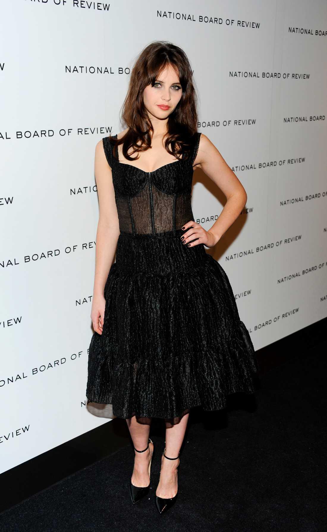 Felicity Jones valde en helsvart gotiskinspirerad skapelse från Dolce & Gabbana.