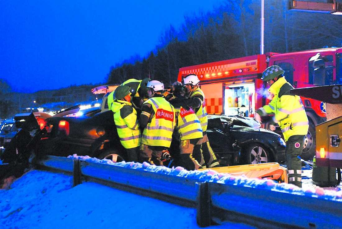 1 januari 2010, E 4, Nyköping/Pålljungshage Flera bilar är inblandade i krocken på E 4:an som börjar med att en jeep kommer över på fel vägbana, troligtvis på grund av snön. En danskregistrerad bil med flera unga passagerare krockar så illa att två av dem dör.