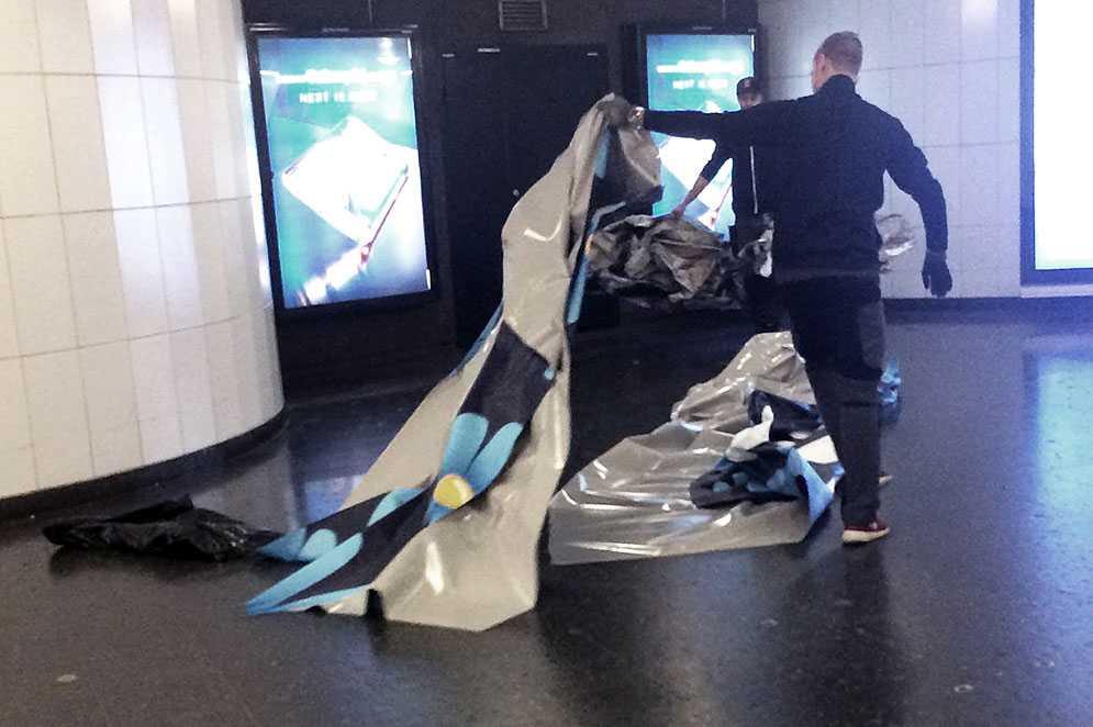 Personal från ett dekorföretag plockade ner SD:s kampanj i Stockholms tunnelbana i dag efter skadegörelse. Det är inte klart om SL sätter upp nya.