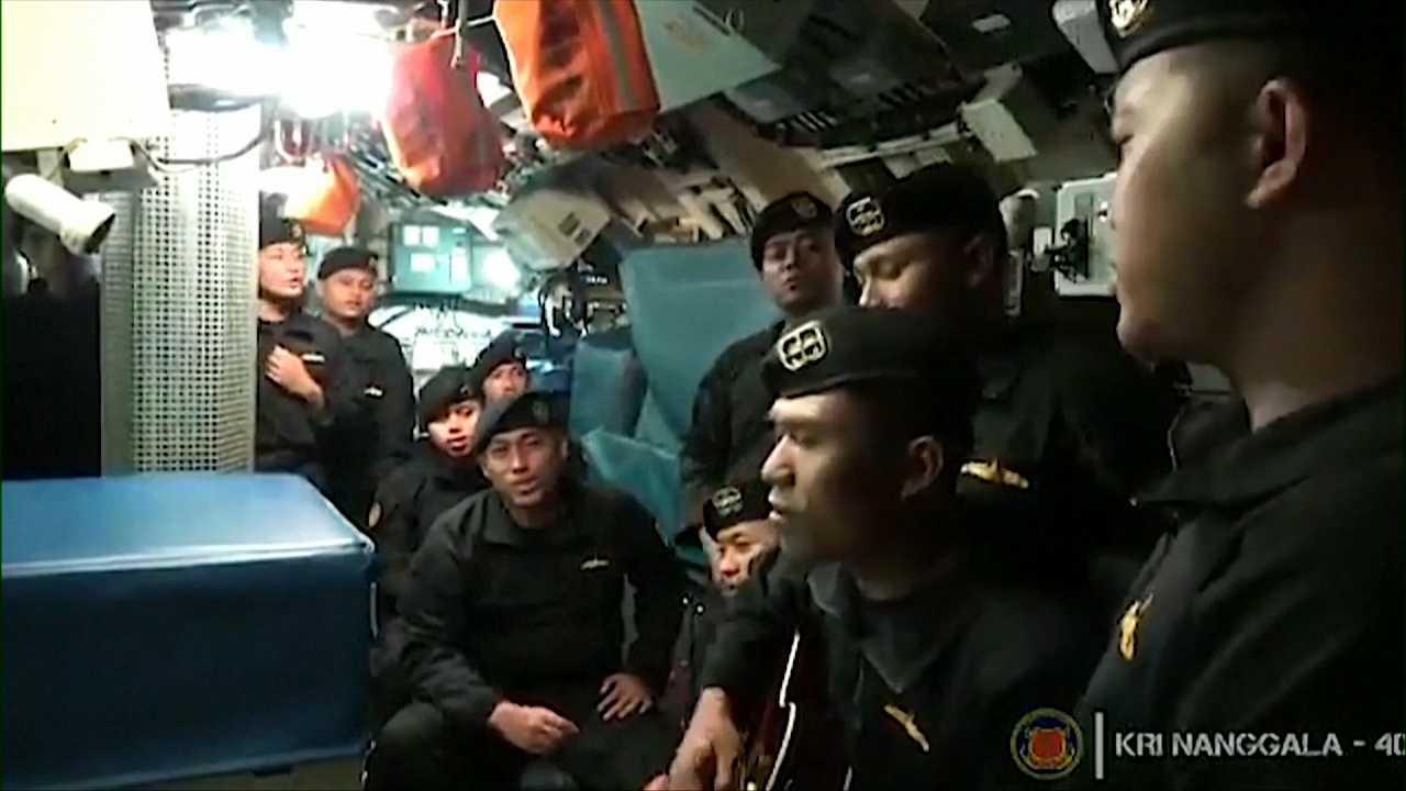 """Nio personer från besättningen sjunger """"Sampai Jumpa"""""""
