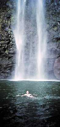 Njut av vackra vattenfall på Hawaii.