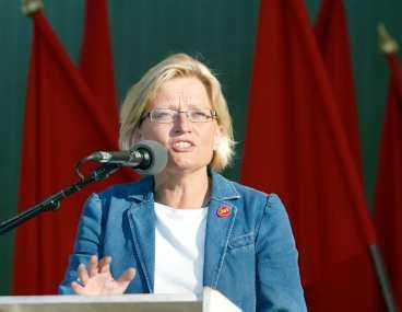 """""""meningslöst mord"""" Kungen talade varmt om utrikesminister Anna Lindh, """"som så brutalt och meningslöst mördades""""."""
