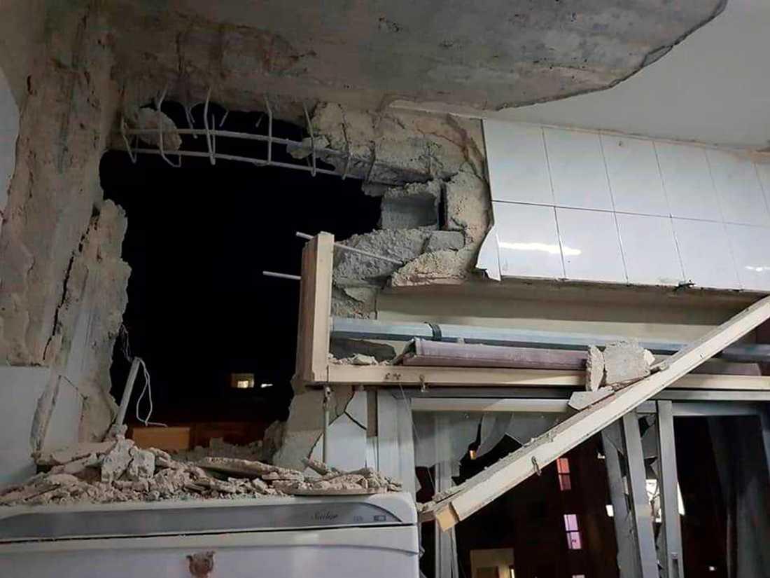 En bild från den syriska regimens nyhetsbyrå Sana visar en byggnad som skadats i den israeliska robotattacken.