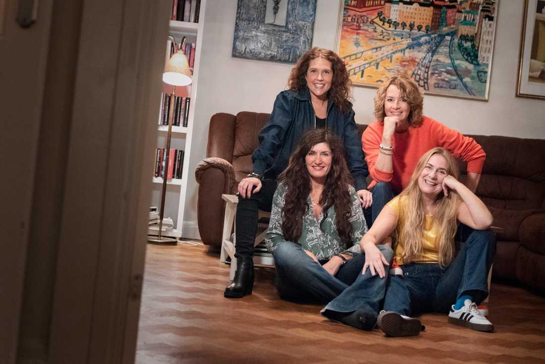 Anna Lindman och Mian Lodalen i soffan med Mari Jungstedt och Annika Lantz på golvet framför sig.