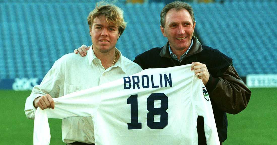 Tomas Brolin med Leedströjan och tränaren Howard Wilkinson.