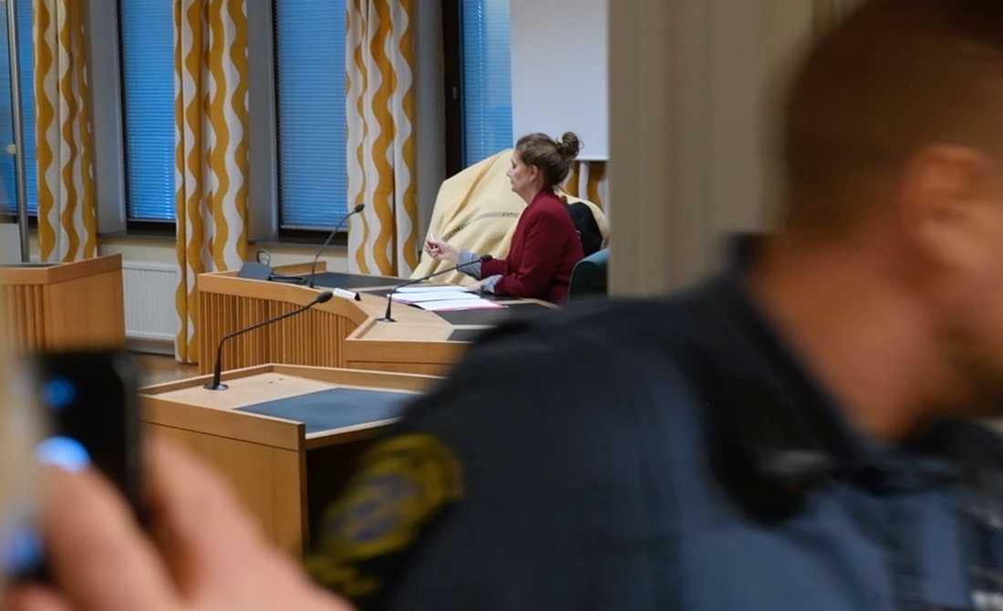 En fyrabarnsmamma har suttit häktad misstänkt för människorov.Nu begärs kvinnan häktad misstänkt för mord på en man i 50-årsåldern.