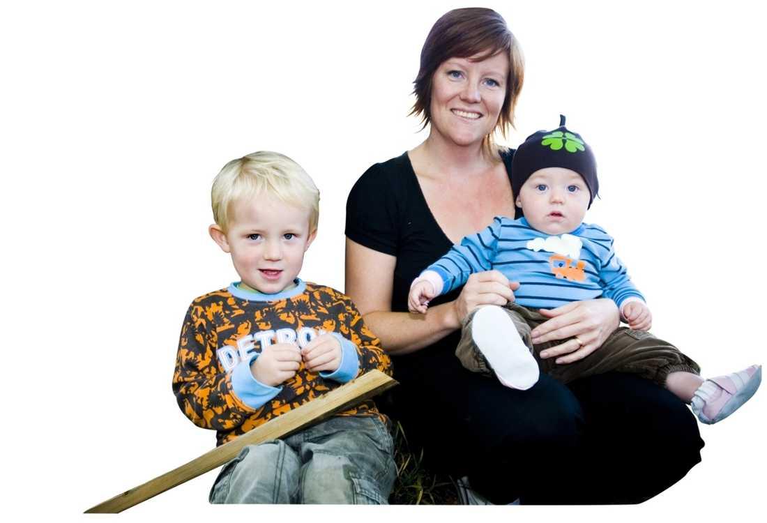Linda med sönerna Malte och Tage. Hon väntade med att skaffa barn tills hon tagit bort brösten.