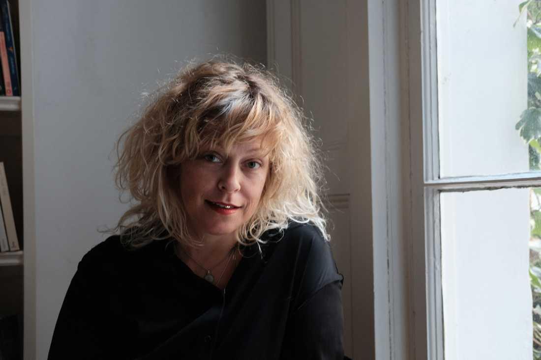 """Författaren och krönikören Rebecka Åhlund skriver om ett år som nykter alkoholist. """"Herregud –  vilken tur att detta blev en bok!"""", skriver Alice Kassius Eggers."""
