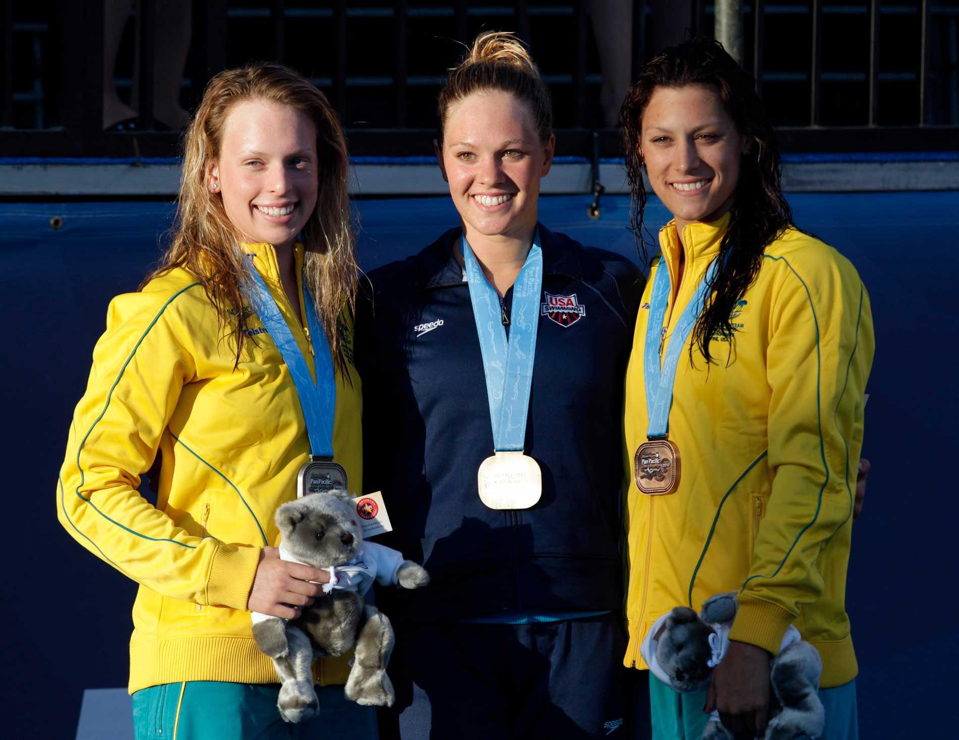 Chloe Sutton, mitten, slutar med simning.