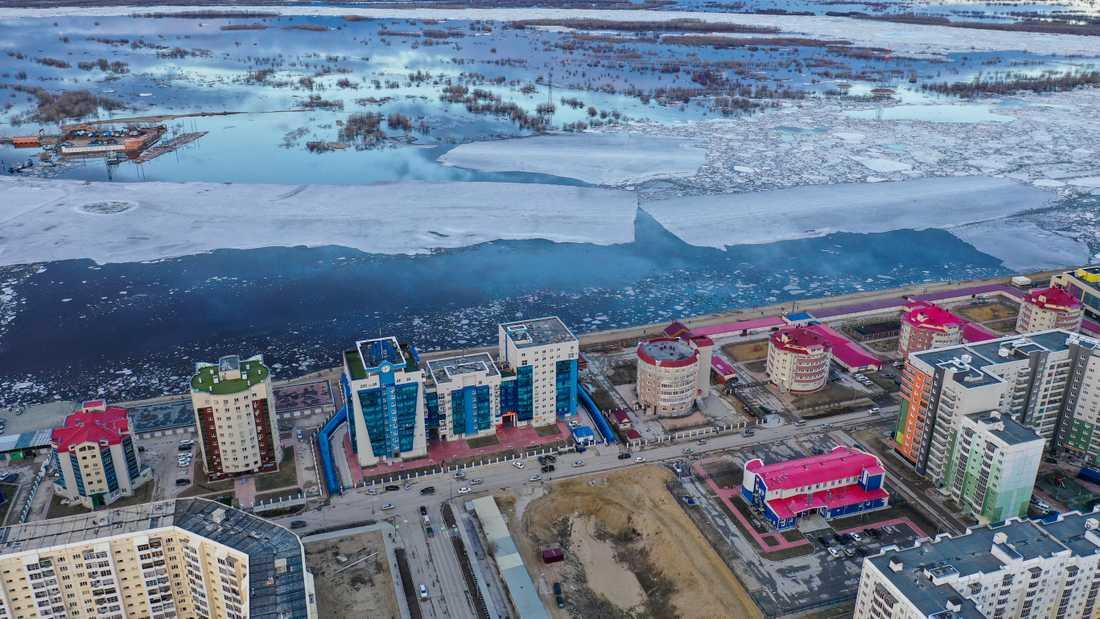Isen har smält på den stora Lena-floden som passerar genom delrpubliken Sacha i nordöstra Sibiren. Flera platser och städer längs med floden har översvämmats på grund av värmen och den snabba issmältningen.