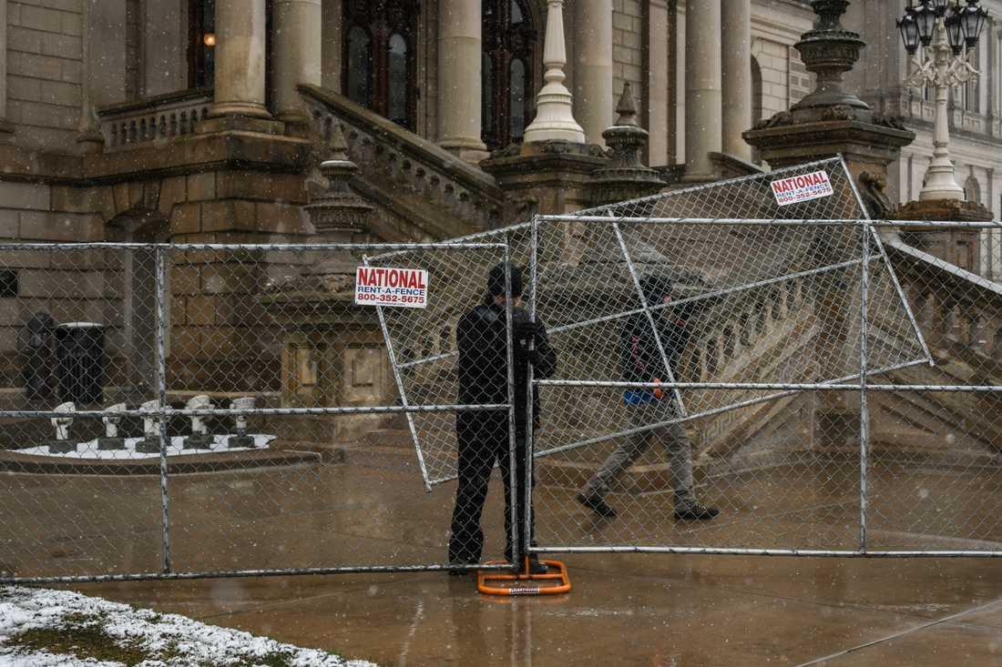 Stängsel placeras ut omkring delstatskongressens säte i Lansing, Michigan.