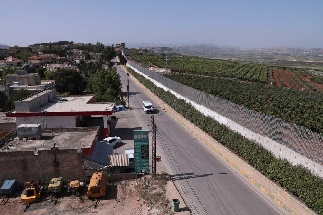 En bil kör i utkanten av den libanesiska byn Kfar Kila vid gränsen mot Israel. Spänningen i gränsområdet har under den senaste veckan ökat. Arkivbild.