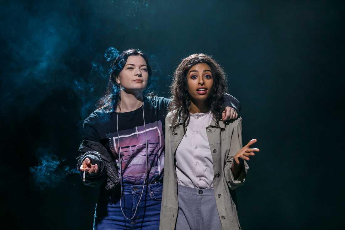 """Rita Lemivaara och Tina Pour Davoy i Johannes Anyurus """"De kommer att drunkna i sina mödrars tårar"""" på Unga Klara."""