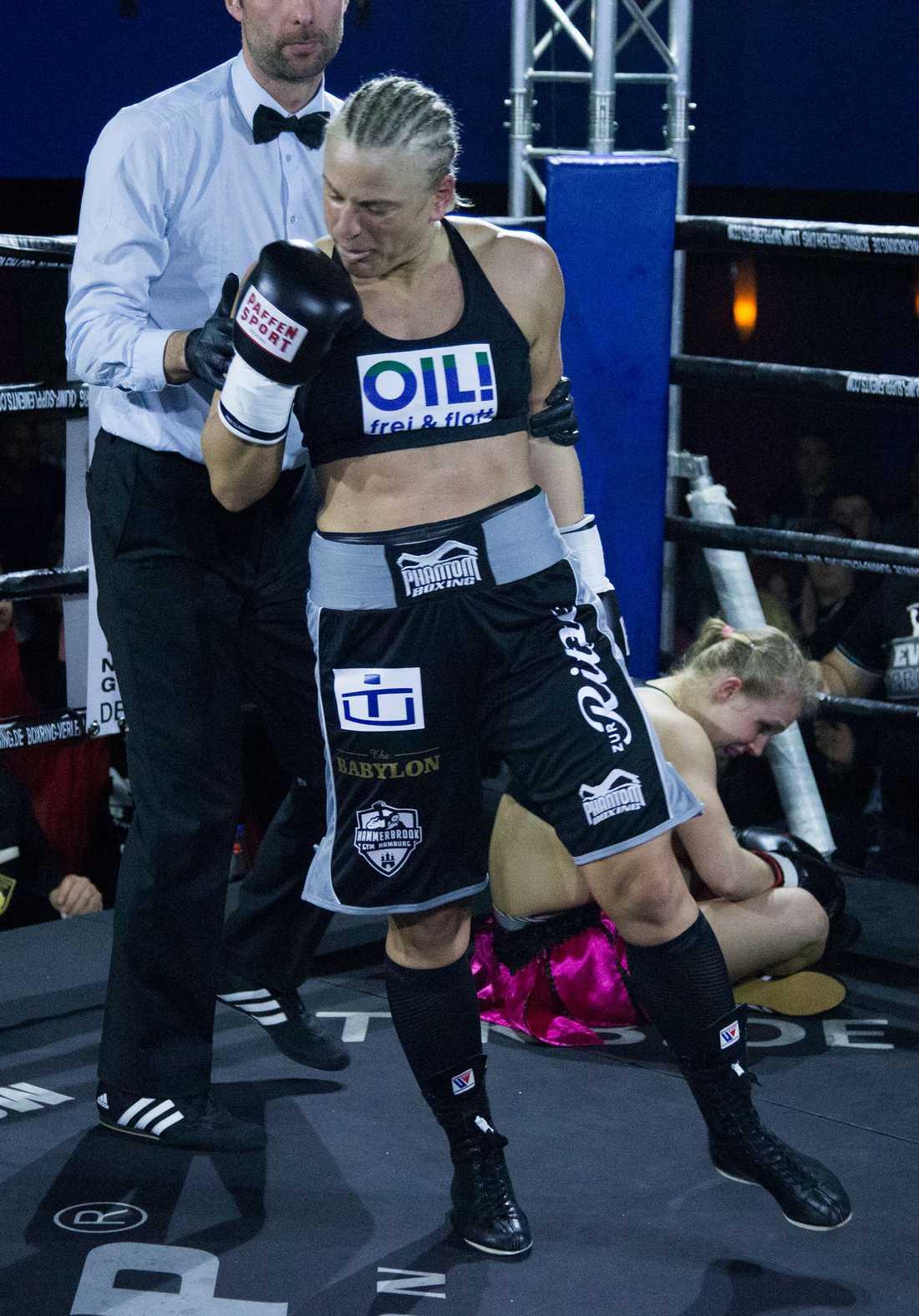 Maria Lindberg skickade Timea Belik i golvet två gånger innan hon vann på knock.