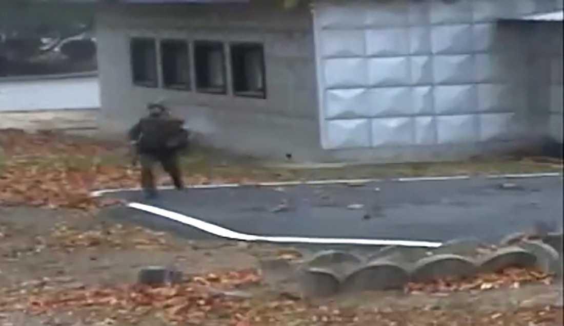 En bild från en övervakningsfilm visar den flyende nordkoreanska soldaten.