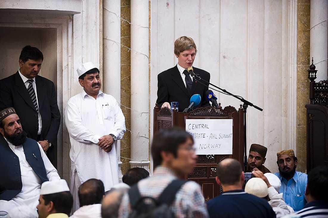 HÖLL TAL Åsmund Aukrust, vice ordförande i norska AUF, talade i moskén Jamaat Ahle Sunnat i Oslo. Han tog upp varför islamistiska terrorister anklagades först, och vad det säger om vårt samhälle.