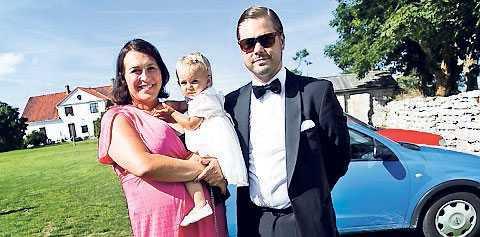 Hannah Widell, brudens storasyster, och Gustaf Wallin bar in Alex och Amandas dotter, Charlie, till Fleringe kyrka. – Det är en stor dag, sa Hannah Widell.
