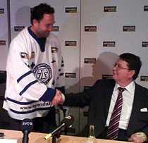 WELCOME! Per-Olof Ejendal hälsar Ed Belfour välkommen till Leksand på tisdagens presskonferens.