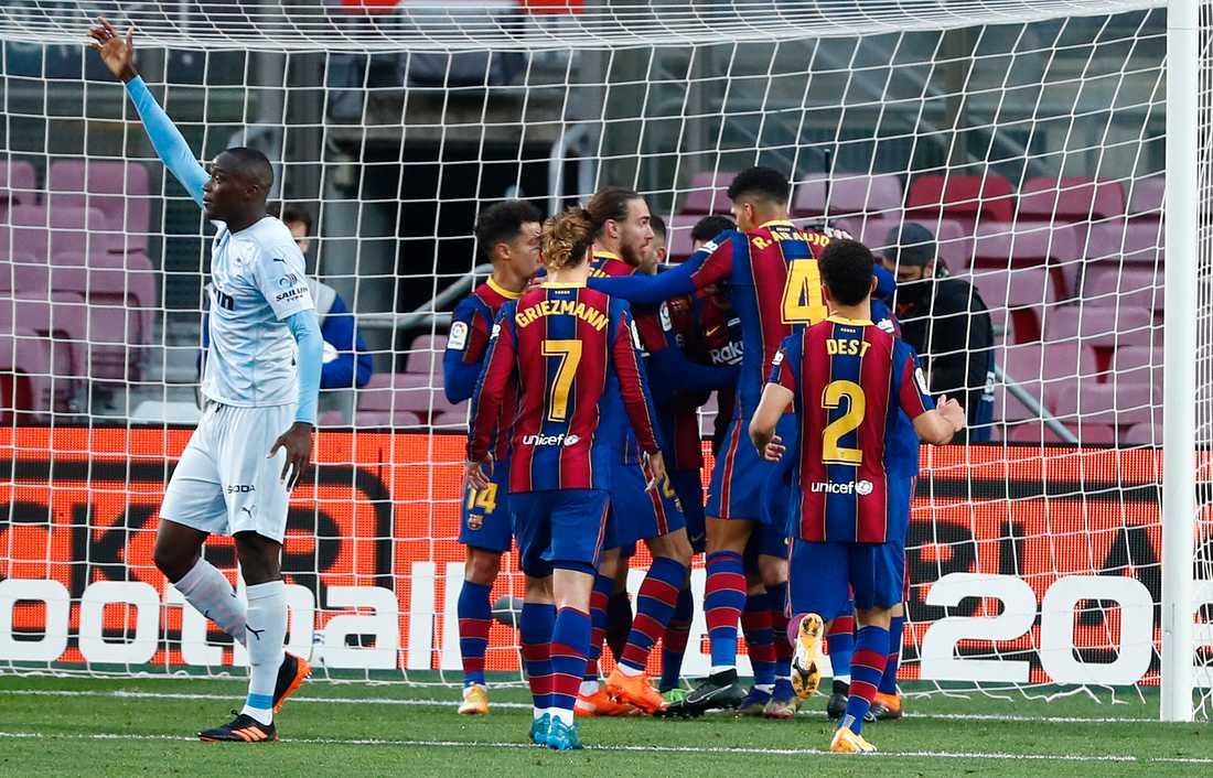 Lionel Messi firas efter historiska målet.