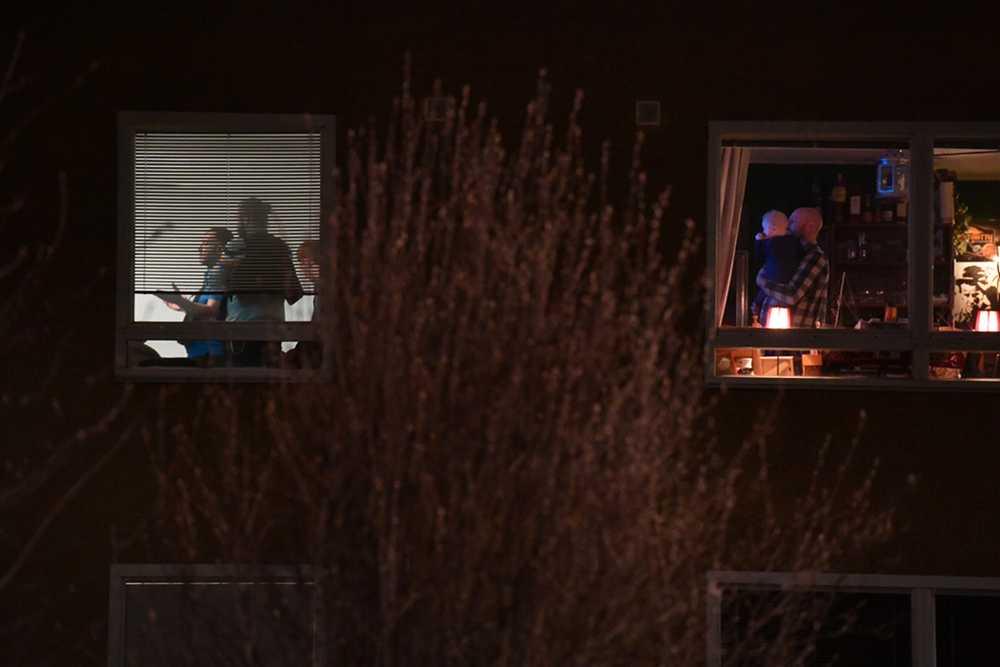 Patrik följer nyhetssändningarna om terrorattacken på tv med tio månader gamla sonen Erwin på armen - samtidigt som beväpnad polis genomsöker lägenheten bredvid.