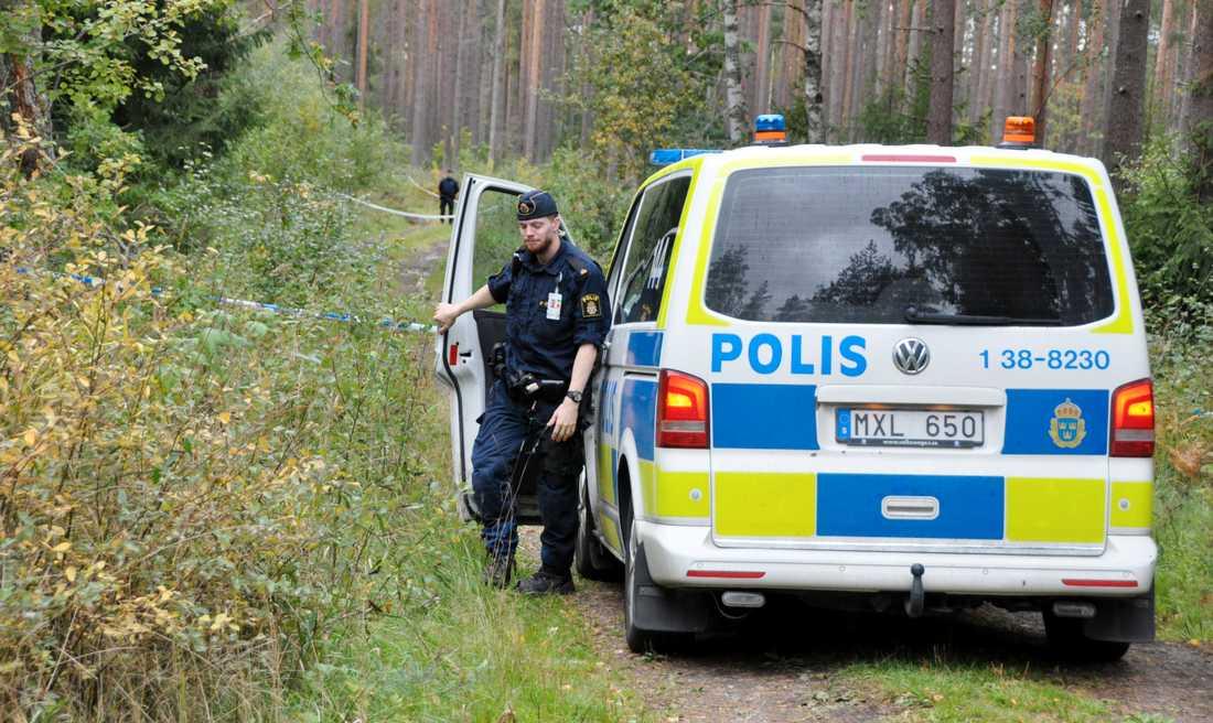 En död person har hittats i ett skogsområde i Sigtuna, norr om Stockholm.
