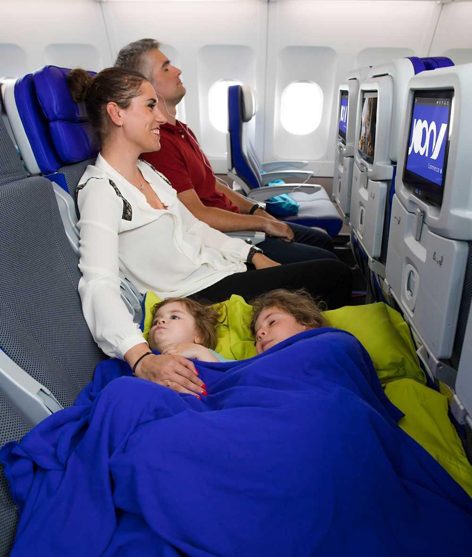 Sätena blir en sovbädd där två barn kan sova bredvid varandra.