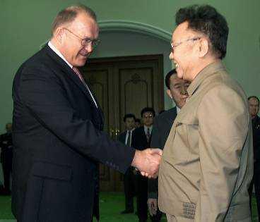 OVÄNTAT BESÖK Göran Persson fick i går vänta och vänta på besked om när han skulle få träffa Nordkoreas ledare Kim Jong Il. Programmet ändrades timme för timme - tills diktatorn plötsligt dök upp i det gästhus i Pyongyang där Persson bor. Mötet, inklusive den officiella fotograferingen, varade i tio minuter.