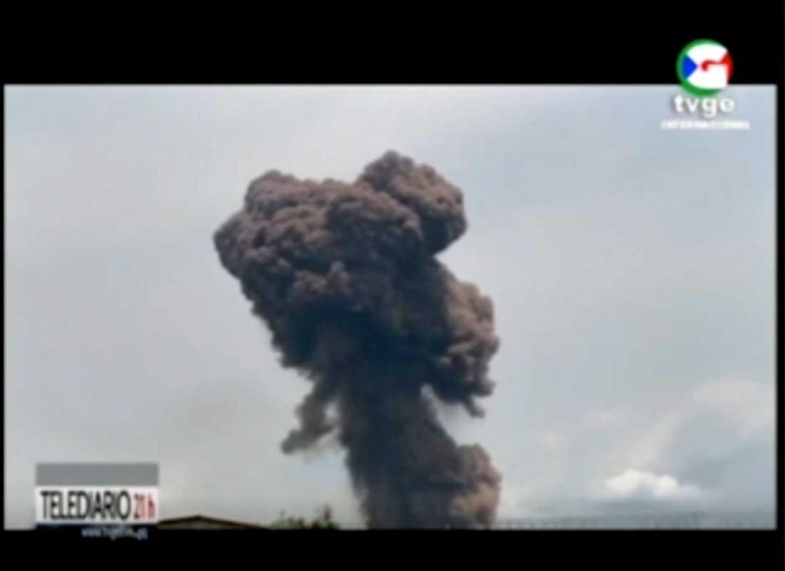 På tv-bilder från TVGE syns hur tjock, svart rök stiger upp från explosionsområdet.