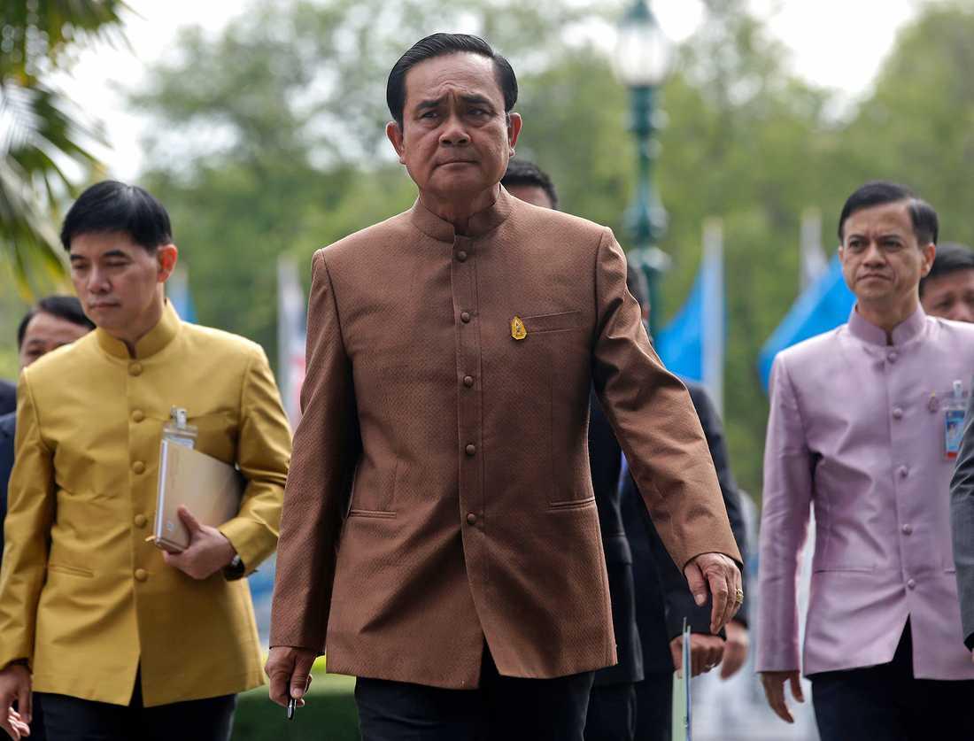 Militärjuntan tillsatte Prayuth Chan-ocha som premiärminister, och hävdar att han har massivt folkligt stöd.