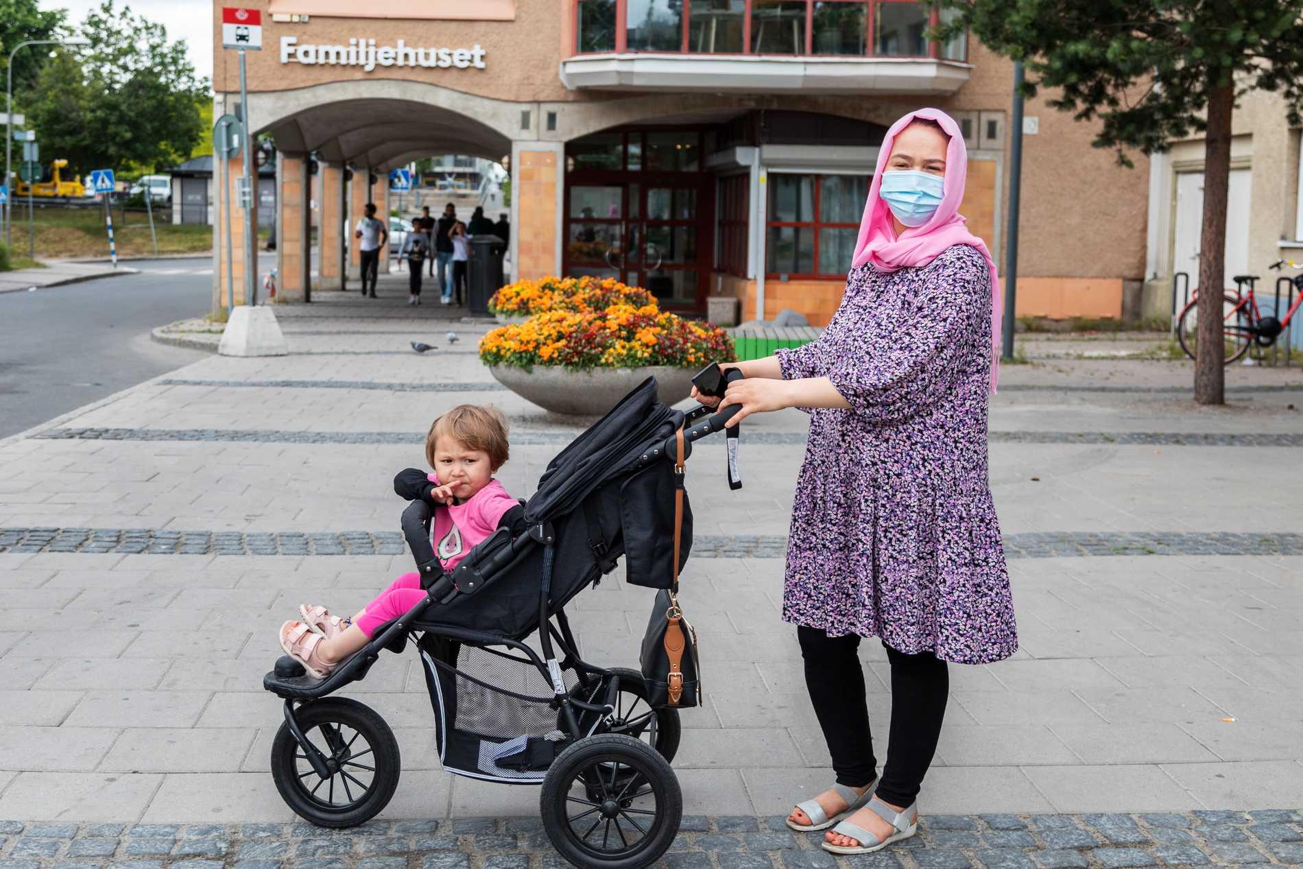 Marina Ziaie med dottern Marian bor i Tensta.
