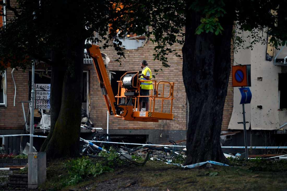 Flera var på plats för att städa upp och säkra platsen efter explosionen.