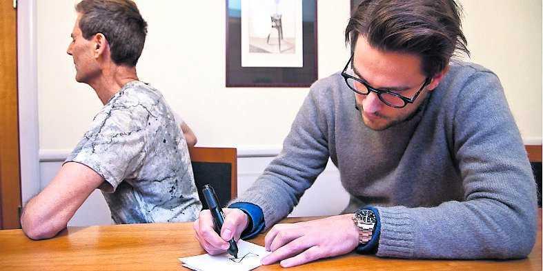 """1. För att visa sin telepatiska förmåga ber Uri Geller Nöjesbladets reporter att rita """"vad som helst"""" men """"något enkelt"""". Det blir """"något sorts timglas""""."""
