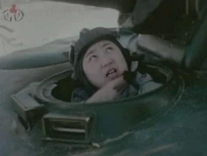 Kim Jong Un i en stridsvagn.