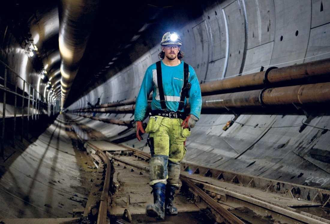 här ska tågen köra Arbetsledaren Tobias Andersson var nio år när tunnelbygget startade och minns diskussionerna hemma om alla förseningar och skandaler.