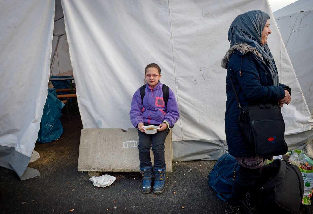 Jiyan, 30, från Irak är på väg till Sverige. Dottern Martin, 9, har fått soppa av volontärerna i Rostock.