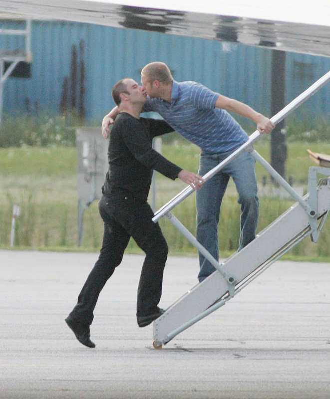Tar farväl – med en puss  Bilderna på John Travolta i blond peruk, läppstift och ljusrosa klänning i amerikanska tidsskriften National Enquirer är inte första gången han hamnat i blåsväder. 2006 fångades han på bild när han på en flygplanstrapp pussade en ung man.