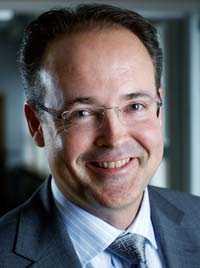 EON VD NU: Jonas Abrahamsson (Från 1 juli 2010) Började inom koncernen 1991 och jobbade senast som ekonomidirektör på ett dotterbolag. Belönas med bonus.