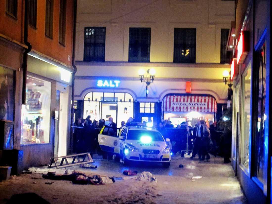 Polisen spärrar av Bryggargatan där sprängdådet inträffade är en liten tvärgata till Drottninggatan, en av Stockholms mest populära shoppinggator.