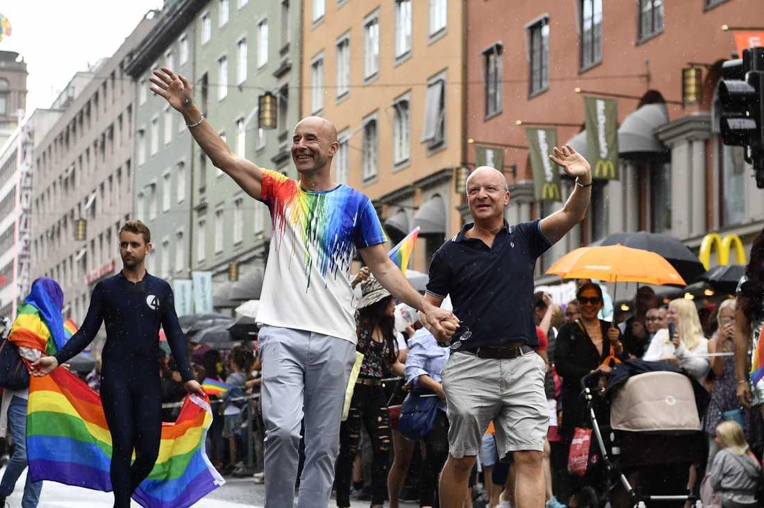 Mark Levengood och Jonas Gardell i Prideparaden 2017.
