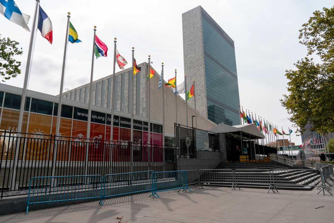Extra staket framför FN:s huvudingång i New York. Närvaron i FN-skrapan är sedan flera månader tillbaka nedskruvad till ett minimum på grund av pandemin.
