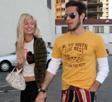 Paris Hilton och hennes blivande man Paris Latsis överraskade vännerna med en hemlig förlovningsfest