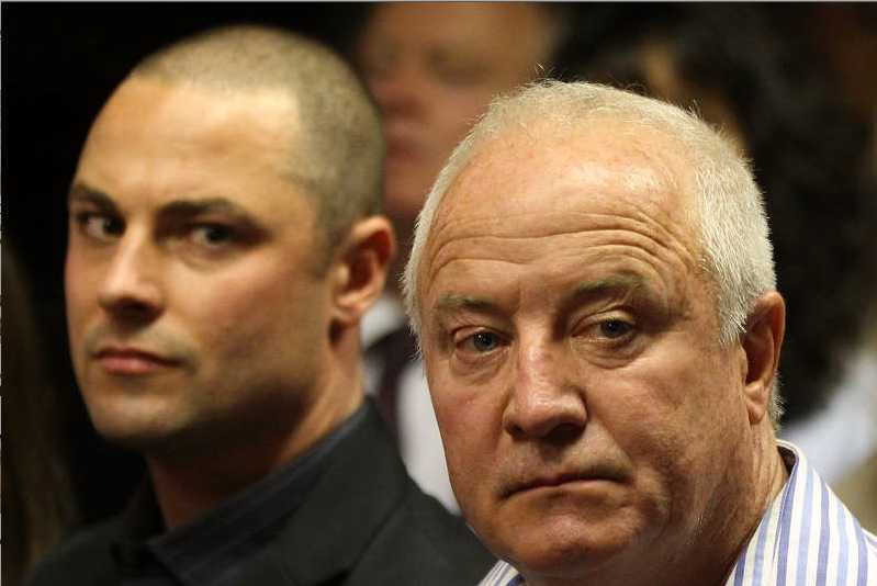 Carl Pistorius, (t.v.) tillsammans med pappa Henke under förhandlingarna mot brodern och sonen Oscar Pistorius.