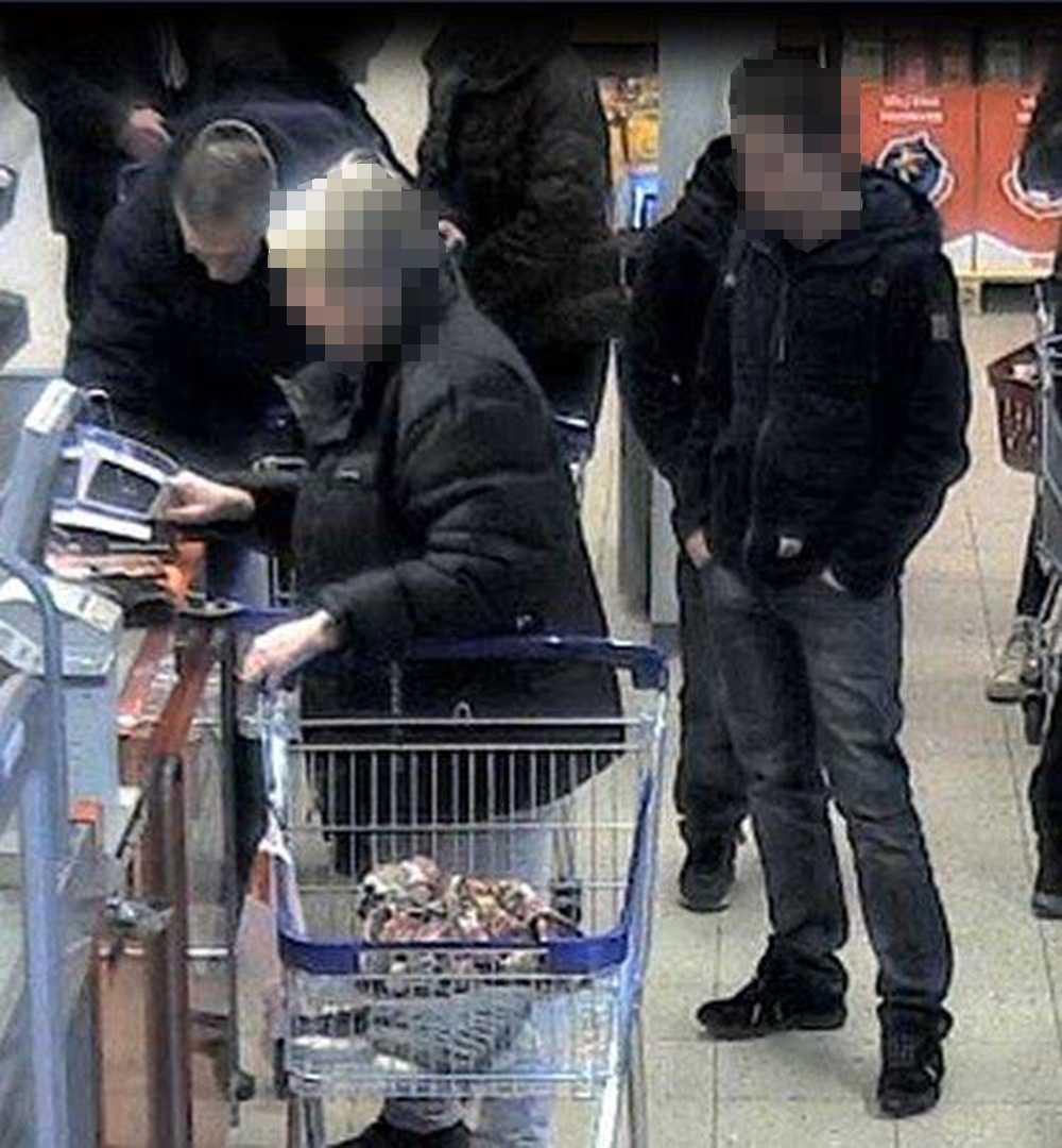 Bilder från övervakningskameror visar hur bedragarna ställer sig bakom äldre personer vid kassorna och memorerar deras koder.
