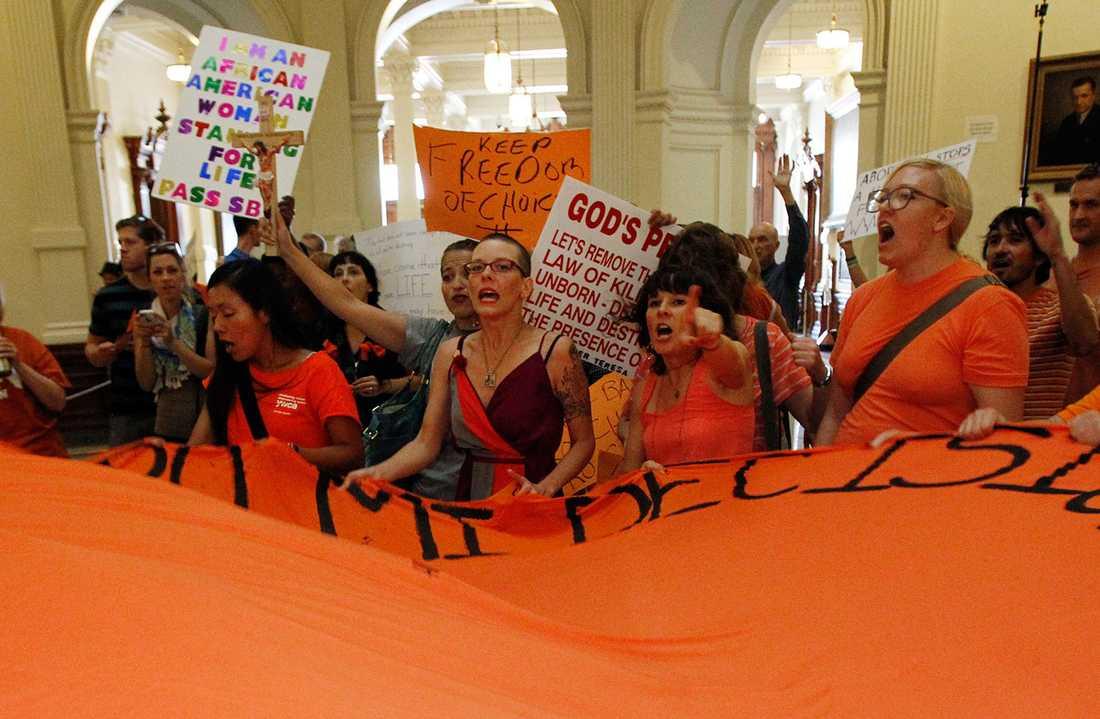 Aktivister protseterar mot den nya anti-abortlagen.