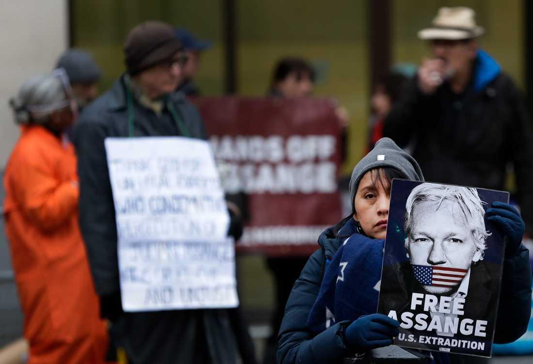 Assangeanhängare protesterar utanför en domstol i London i slutet av januari. Arkivbild.