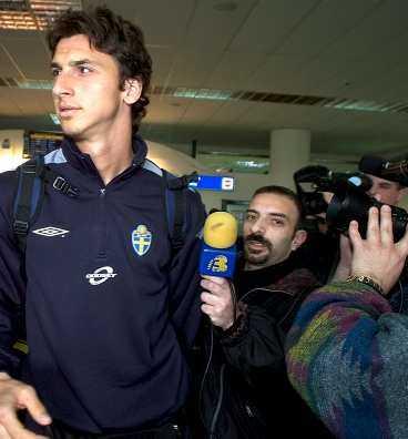 Ett stort medieuppbåd och många supportrar mötte upp Zlatan och de andra svenska stjärnorna på flygplatsen. De tre poliserna på plats lyckades inte hålla till supportrar, reportrar och fotografer.